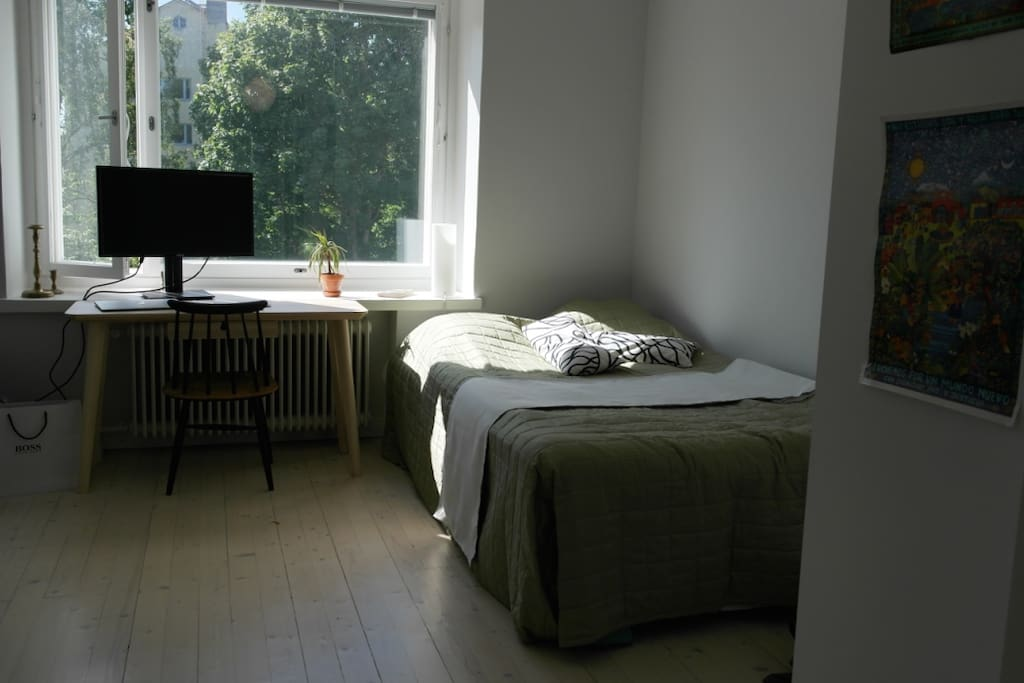 Private bedroom with a queen size (120 cm) bed