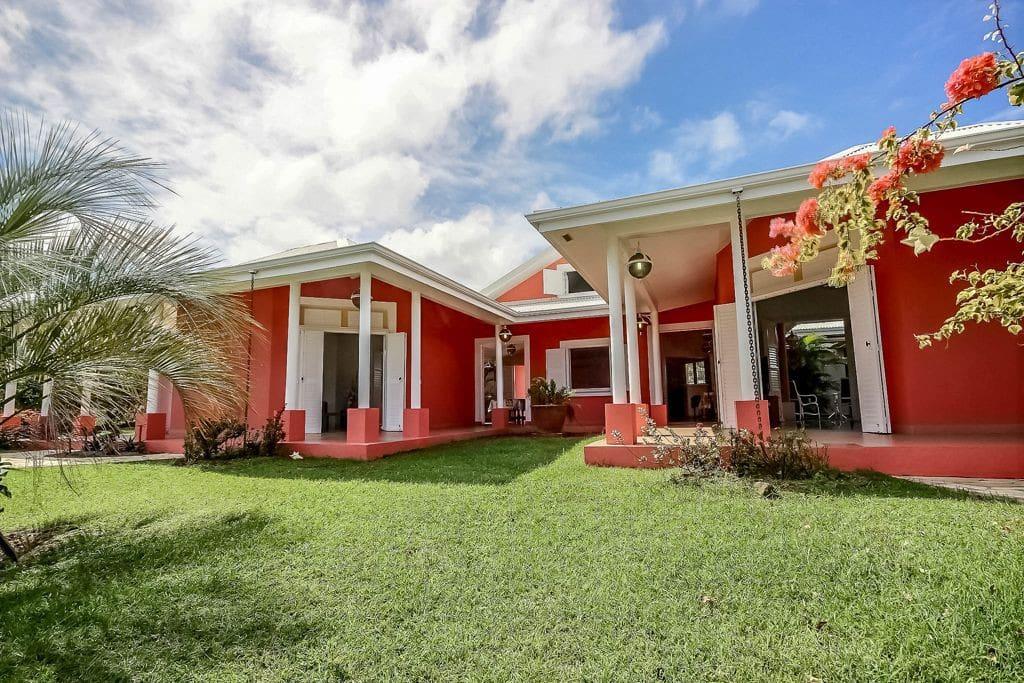 Belle villa créole, avec jardin, piscine, proche plage, grande capacité jusqu'a 12 personnes