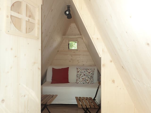 1 canapé lit, 1 petite table et 2 chaises