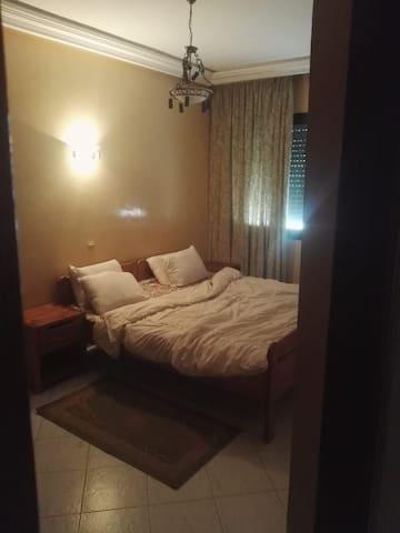 Une chambre bien equipe dans un appartement