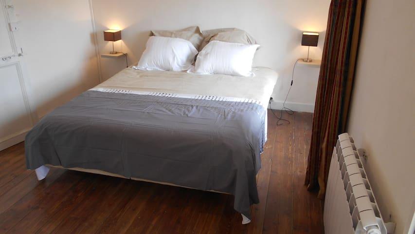 Chambre à coucher spacieuse avec lit double confortable (160x190), rideaux thermiques et occultants. Une coiffeuse avec miroir et penderie complètent cette pièce.