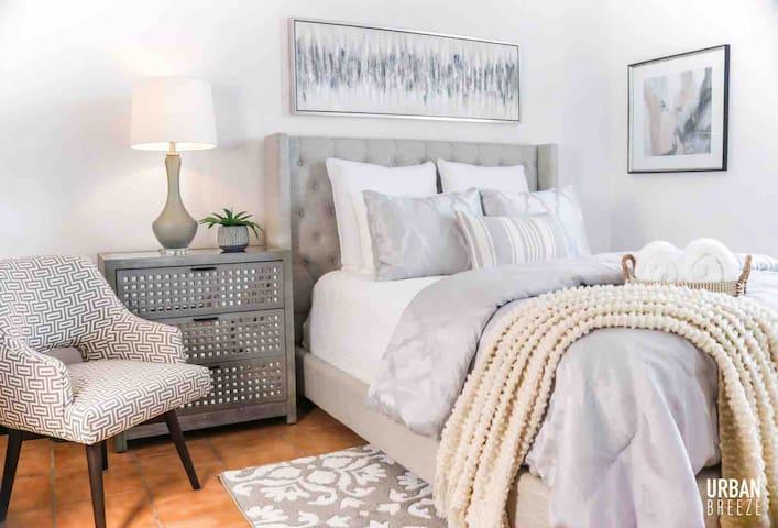 Habitación principal con baño, aire acondicionado y televisión. Cama queen súper cómoda.