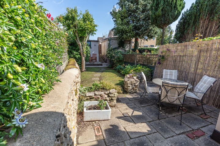 Luxury Cotswold Cottage, with parking, dog allowed