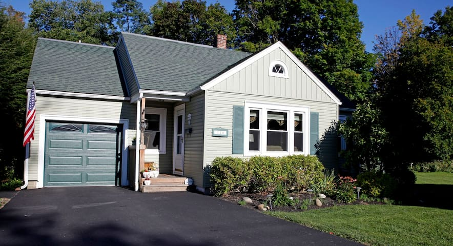 Quaint home nestled in small village - Springville - House