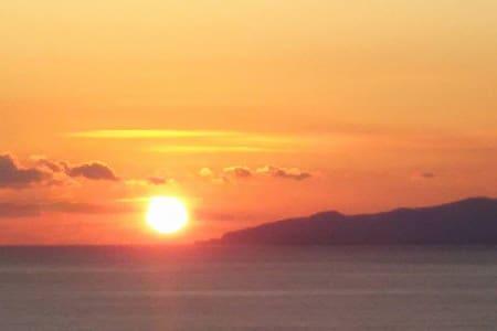窓を開ければそこは海、まぶしい太陽がモーニングコール。 - Guesthouse