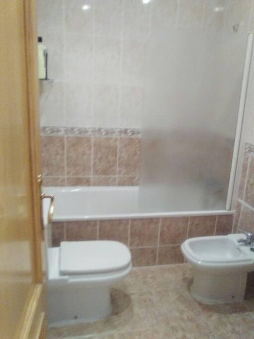 cuarto de baño. Bañera, toilette, bidet y lavabo
