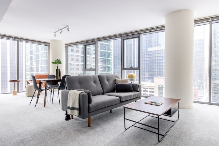 Airy Loop 2BR w/ Pool, Gym, nr. Financial District & the L, by Blueground