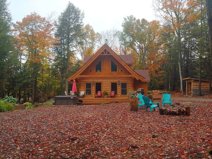 Muskoka Hideaway- hot tub/wood fire/private trails