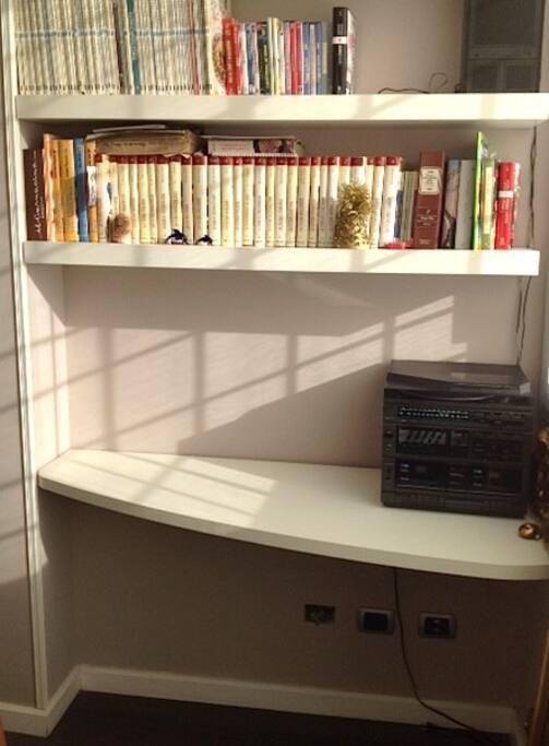 disimpegno con libreria e scrivania
