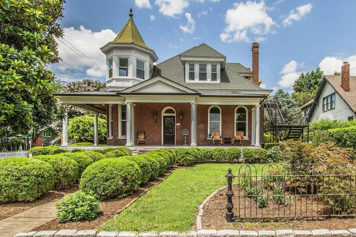 Victorian Home ⬙ Pool & Hot Tub ⬘ 3mi to DWTN