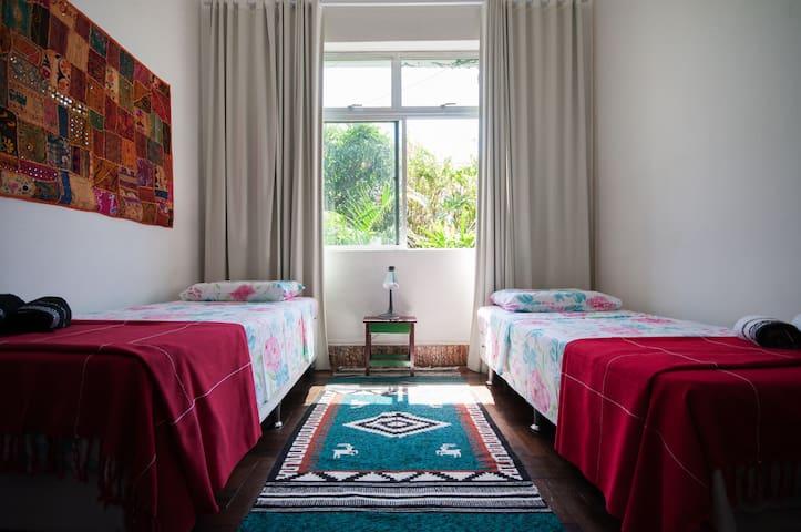são duas camas de solteiro e uma terceira cama auxiliar