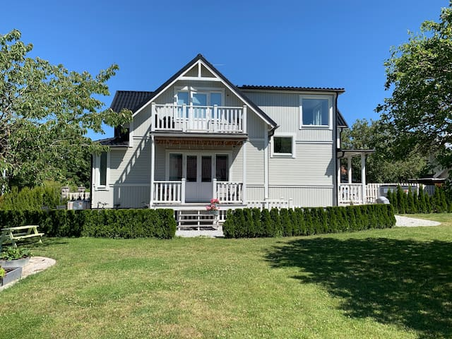 Villa med stor trädgård centralt i Visby