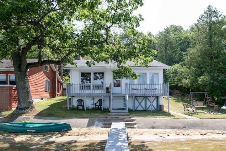 Vintage Cottage at Waters Edge