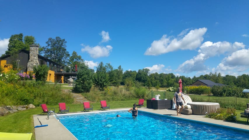 La maison et son accès à la piscine