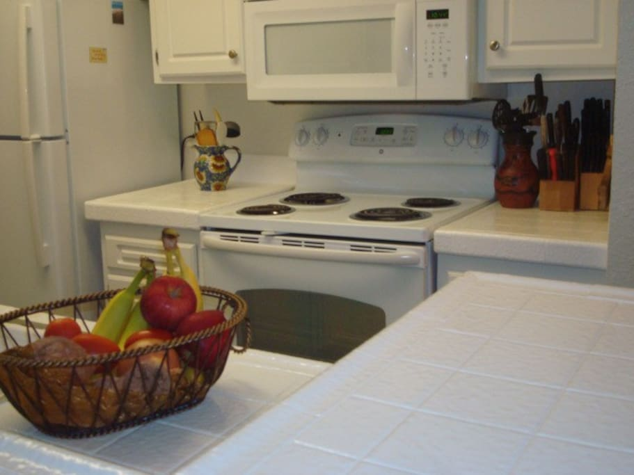 Full kitchen completely furnished: free daily fruit, unlimited supply