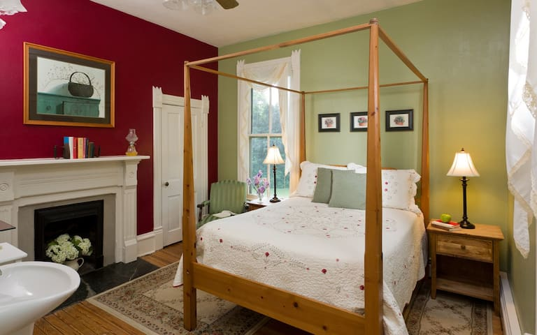 Afton Mountain B&B - The Shenandoah Room