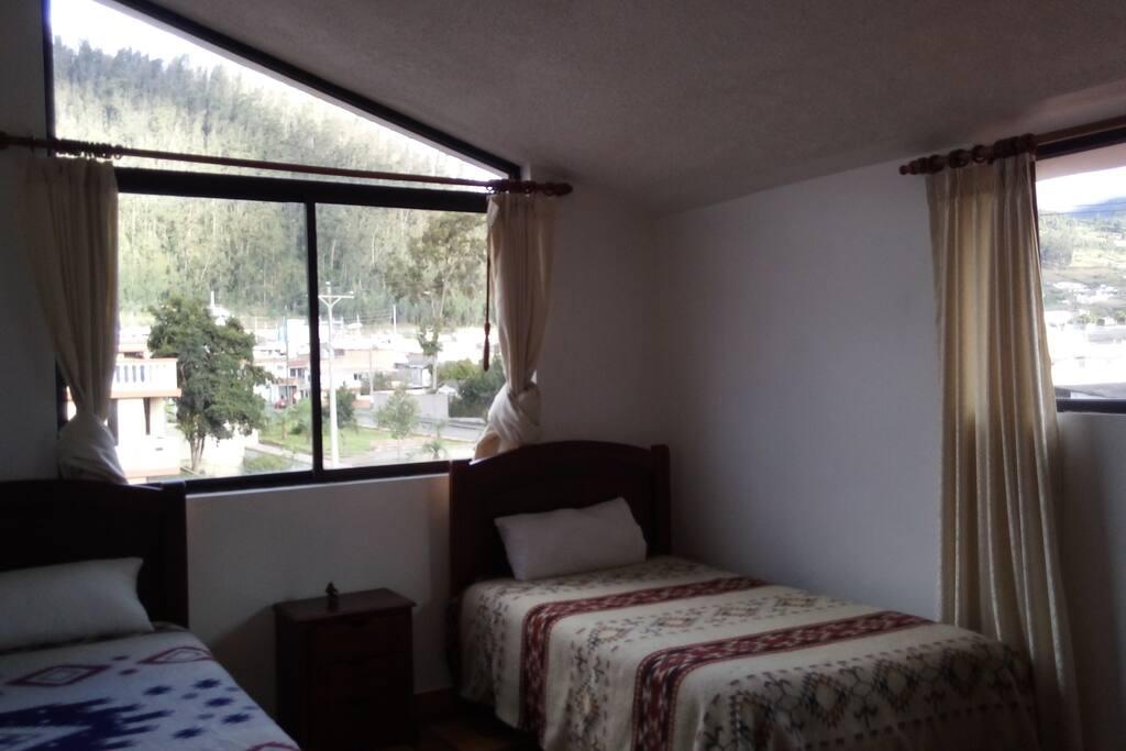 Habitación 2 con vista a la ciudad de Otavalo y la montaña Mojanda