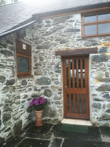 front entrance of Ty Cerrig Cottage