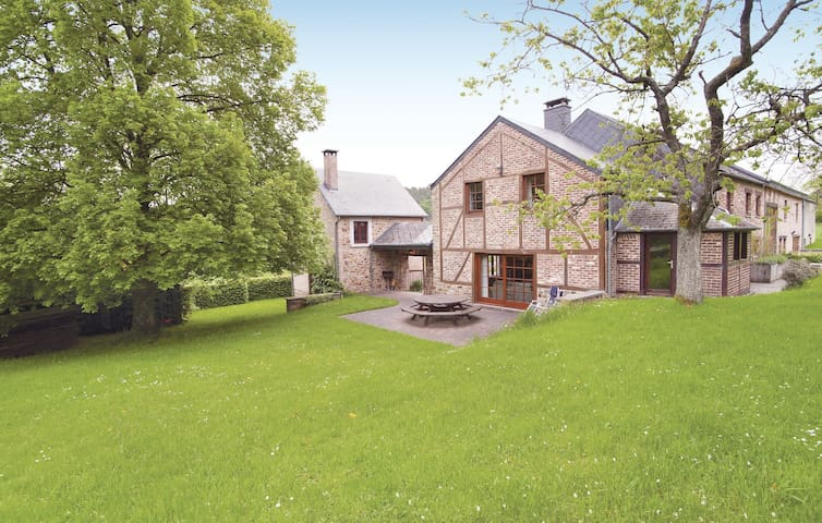 Holiday cottage with 8 bedrooms on 380 m²