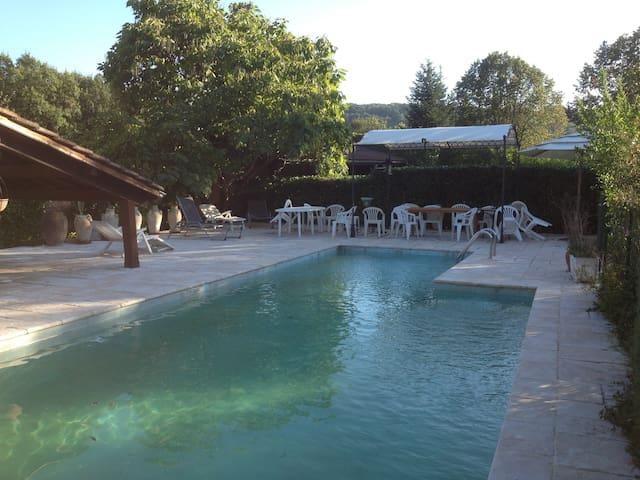 Chambre(s) indépendante(s) dans villa avec piscine - Vignieu - Дом