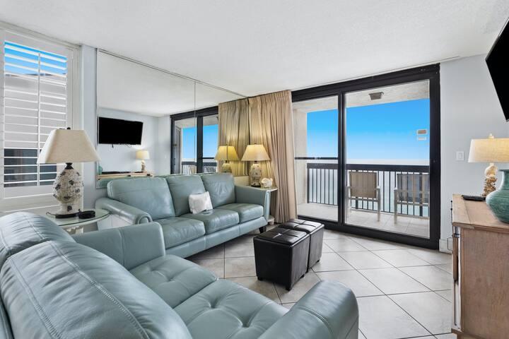 17th Floor Stunning Condo, Multiple pools & splash pad, On-site restaurant