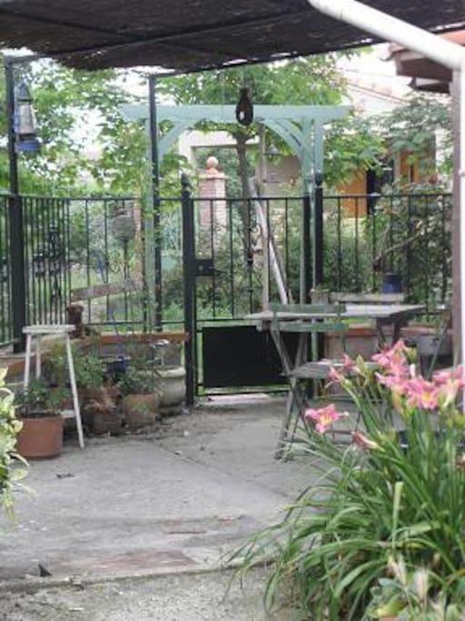 Par beau temps la petite cour vous permets de déjeuner à l'extérieur
