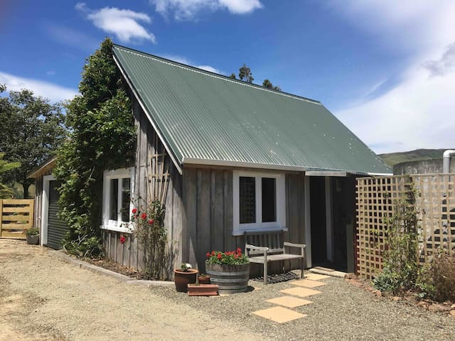 Self-contained cottage in the hills near Massey
