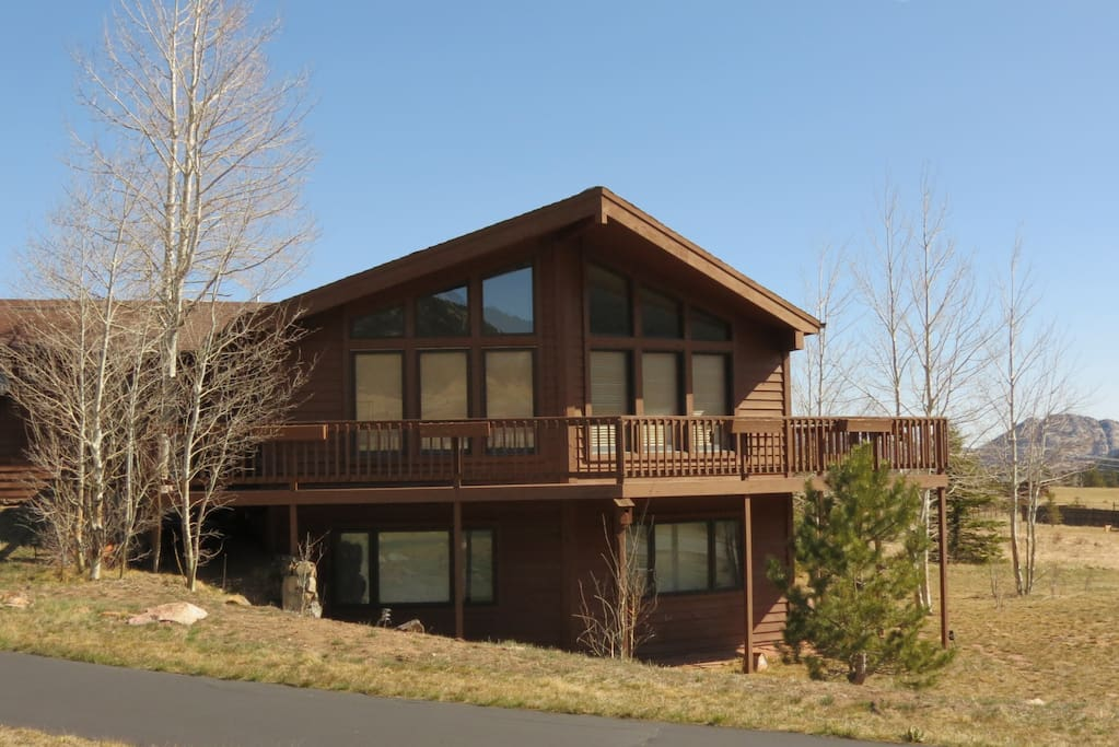 Lily Mountain Lodge - Bask in the warm mountain sunshine on the expansive front deck!