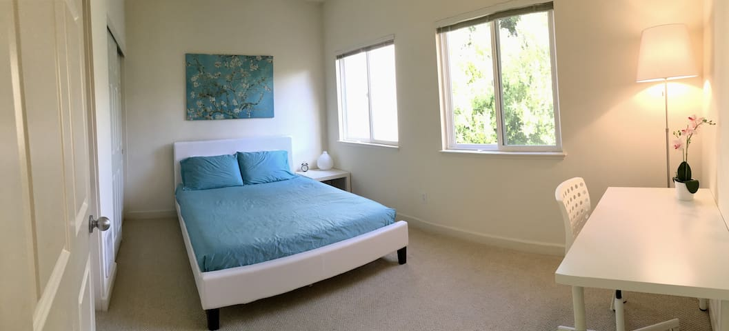 Downtown | Private room | Comfy queen bed - Mountain View - Pis