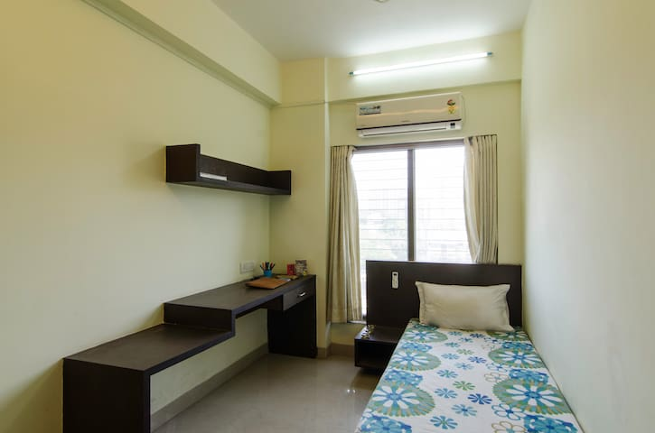 Fully Furnished Home Near Station - Thane - Apartamento