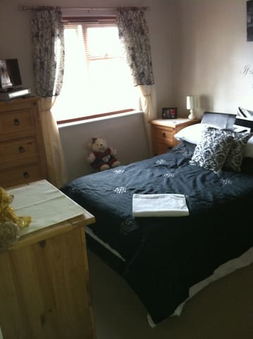 Double with private bathroom 5 mins from Gatwick - Copthorne - Wohnung