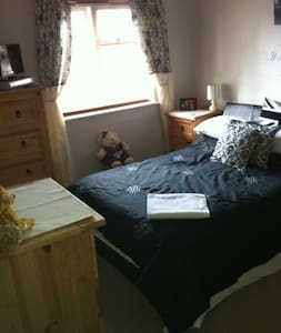 Double with private bathroom 5 mins from Gatwick - Copthorne - Flat
