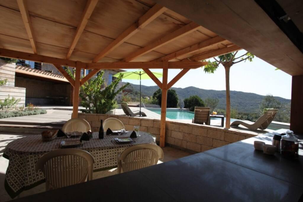 Pour vos repas près de la piscine, la villa dispose d'une cuisine d'été tout équipée