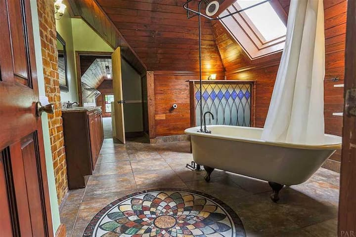 Downtown Showpiece- Painted Lady! Sleeps 10