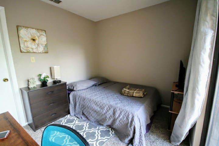Cozy room, walk to Shands, Vetmed, VA, UF!