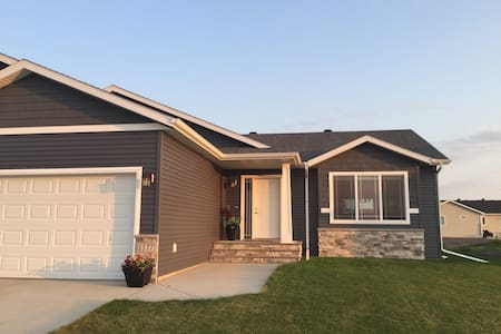 Entire house - 2 BR, office, garage in W Fargo - West Fargo - Hus