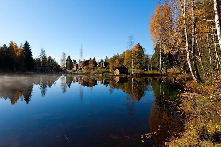 Et par hundre meter fra boligen ligger herlige Isdammen. Her er det griller, bålområde, flytebrygge, klatrepark og ikke minst skogen.