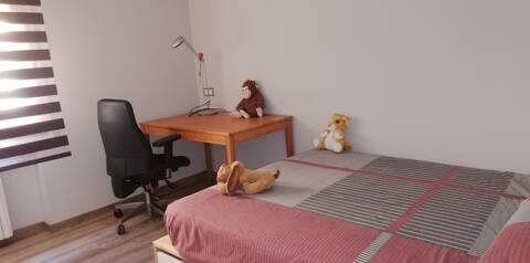 Habitación grande y luminosa con cama de 1,50, escritorio y armario