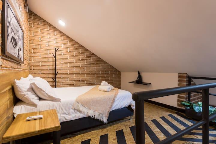 Segunda habitación, subiendo las escaleras, con cama doble. Aire Acondicionado en el apto // Second bedroom, upstairs, double bed. A/C in the loft