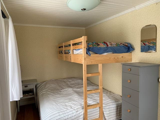 Sovrum i huvudbyggnaden. 160 cm säng plus 90 cm i överslafen.