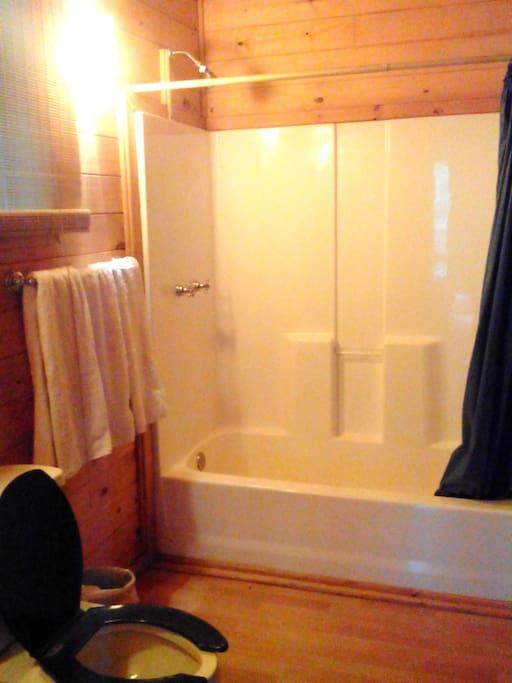 Amplio baño con tina.