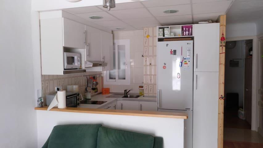 La cuina està completament equipada: microones, forn, bullidor d'aigua, cafetera, cuina, nevera, congelador; tots els estris de cuina. Tot l'equipament és pràcticament nou