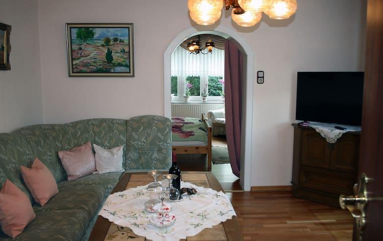 Voilà, la Suite Orchidée: Wohnzimmer - Schlafzimmer - Bad.