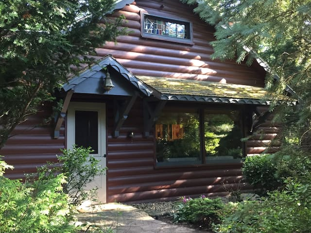 Quiet and woodsy cabin, 2 bed + den, 2 bath