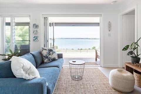 Little Sea, Waterfront Beachside Apartment