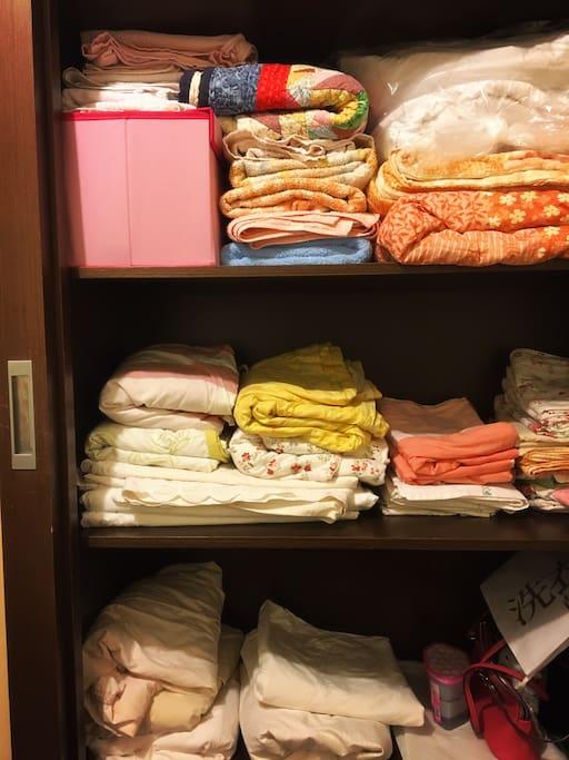 洗淨的床單、被單、枕頭套及毛巾