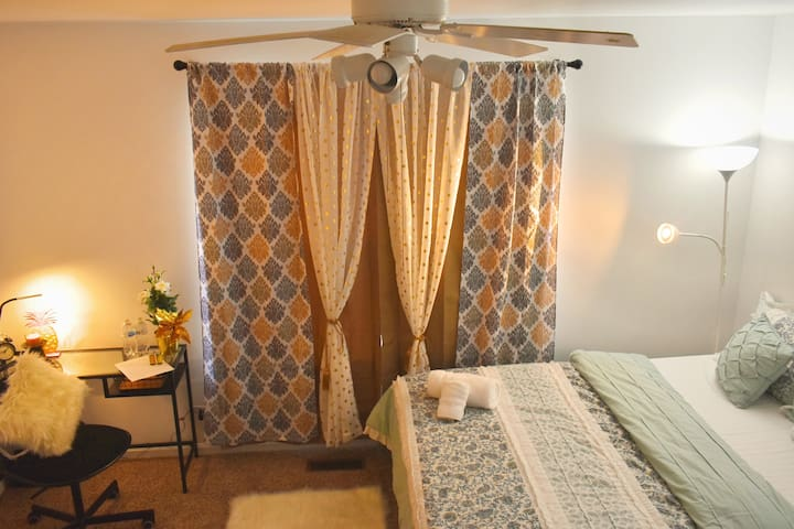 Plush bed rated 5 stars by our guests - work table with table lamp, daily bottles of packaged water,  scented candle with stand, accent Ikea flower, iron with mini iron board and walk in closet. yes did you observe 2 east windows for fresh natural light. Great energy to relax and work.