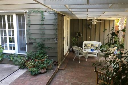 Charming South Pasadena garden studio near metro!