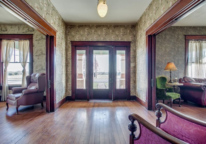 Gorgeous Historic '20s Mini Mansion. King & Queens