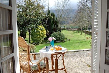 Villa privada en Llanes con gran jardín.